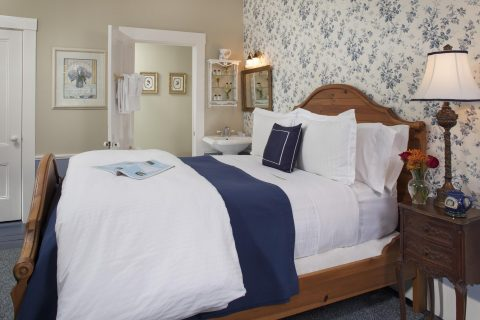 Cape Cod Accommodation - Monomoy Light - Bed Area